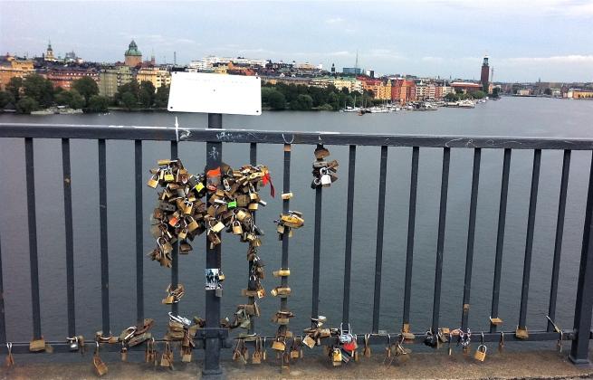 På västerbron i Stockholm låser par fast sin kärlek med ett hänglås. Bröllopstal Gratis på Talakuten