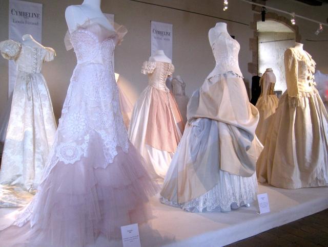 Fest tal gratis för bröllopspar. Vackra bröllopsklänningar från franska modehuset Cymbeline.