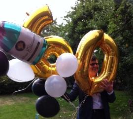 Ge en ballongbukett till den som fyller år. Finns bl a på Party Land.