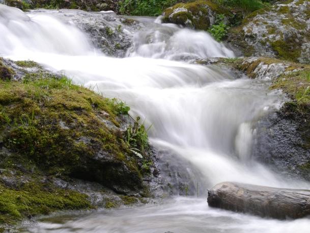 Livet är som ett vattenfall, det bara rinner på. Ibland är det torka, ibland flödar det över.